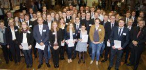 Das EmslandStipendium wurde zum zweiten Mal an 31 Studierende der Hochschule Osnabrück / Campus Lingen vergeben. Das Bild zeigt die Initiatoren, Sponsoren und Stipendiaten